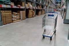 L'entrepôt complètement des marchandises, des boîtes et des étagères dans l'ordre images libres de droits