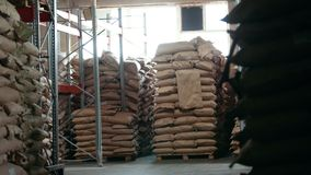 L'entrepôt des sacs à la fabrication industrielle banque de vidéos