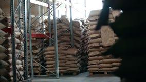 L'entrepôt des sacs à l'usine de pâtes banque de vidéos
