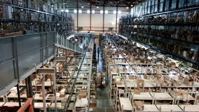 L'entrepôt à multiniveaux avec des boîtes en carton a arrangé sur les supports, production pharmaceutique banque de vidéos