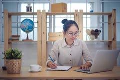 L'entrepreneur asiatique de femme travaillent à la maison photographie stock
