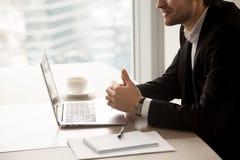L'entrepreneur communiquent avec des associés dans le bureau Images stock