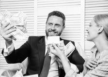 L'entrepreneur d'homme reposent la pile de bureau de l'argent Carte en plastique d'offre auxiliaire de banque Cr?ez le compte ban photographie stock libre de droits