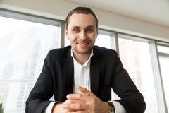 L'entrepreneur de sourire est en pourparlers avec des associés Photographie stock libre de droits
