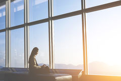L'entrepreneur féminin asiatique repose la fenêtre de salle des marchés Images libres de droits