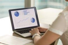 L'entrepreneur féminin examine des bilans financiers images stock