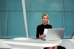 L'entrepreneur féminin a reçu un diplôme présentant des résumés de nouveaux employés sur l'ordinateur portable Photographie stock libre de droits
