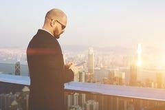 L'entrepreneur qualifié masculin utilise le téléphone portable images libres de droits