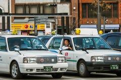 L'entretien de chauffeur de taxi avec son ami Image stock