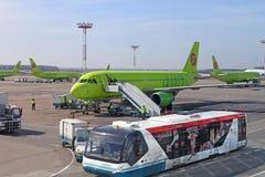 L'entretien des avions à l'aéroport Moscou de Domodedovo Images stock