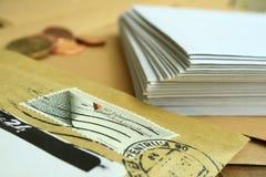 L'enveloppe avec l'estampille et l'enveloppe blanche Photo stock