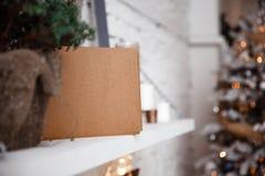 L'enveloppe de Papier d'emballage se trouve sur l'étagère blanche images libres de droits