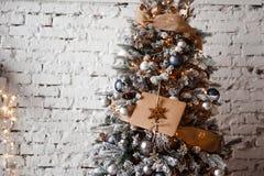 L'enveloppe de Papier d'emballage se trouve sur les branches de l'arbre de Noël image stock