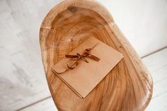 L'enveloppe de Papier d'emballage se trouve sur un fond en bois photographie stock libre de droits