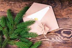 L'enveloppe et la carte vierge, ouvrent les décorations faites main de boîte-cadeau Images libres de droits
