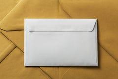 L'enveloppe propre blanche sur le papier d'emballage enveloppe le fond image stock