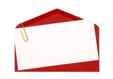 L'enveloppe rouge avec l'invitation d'anniversaire ou la carte de voeux vierge, se ferment, copient l'espace Photos stock