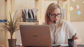 L'envergure de la caméra montre une vie de travail occupé dans le bureau, elle a le temps pour écrire sur le papier, répondant au banque de vidéos