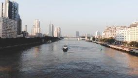 L'envergure du bourdon au-dessus du cateromb que flotteurs sur la rivière banque de vidéos