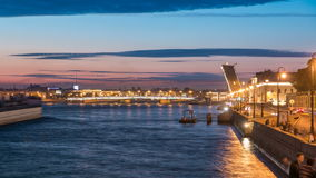 L'envergure du pont de Liteyny est soulevée au-dessus du timelapse de Neva de rivière banque de vidéos