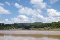 L'environnement et l'écosystème, pré vert près du lac avec le ciel bleu et partie de nuages image libre de droits