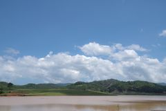 L'environnement et l'écosystème, pré vert près du lac avec le ciel bleu et partie 8 de nuages photo stock