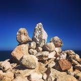 L'equilibratura oscilla contro il contesto blu del cielo e dell'oceano Fotografia Stock