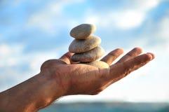 L'equilibrio, l'armonia e il idyl sono in voi possiedono le mani Immagine Stock Libera da Diritti
