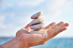 L'equilibrio, l'armonia ed il idyll sono in voi possiedono le mani Fotografia Stock