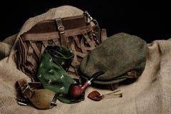 L'equipaggiamento da caccia si è sparso fuori sul vecchio panno con un fondo nero Fotografie Stock