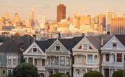 L'era vittoriana dipinta delle signore alloggia San Francisco al tramonto Fotografia Stock