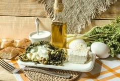 L'erba commestibile della molla dei tiri con le uova ed il latte acido Fotografia Stock