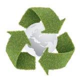 L'erba ricicla il simbolo con il globo fotografia stock libera da diritti
