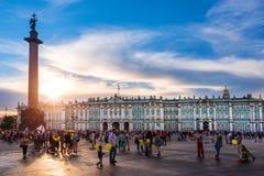 L'eremo, il palazzo di inverno e Alexander Column al tramonto sul quadrato del palazzo, St Petersburg Russia Fotografia Stock