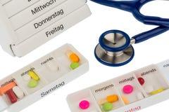 L'erogatore e lo stetoscopio della pillola Fotografia Stock