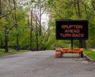 L'eruzione avanti gira indietro il segnale di pericolo Hawai della strada fotografie stock libere da diritti