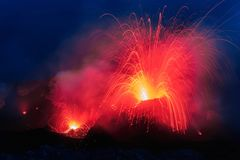 L'eruzione di Strombolian dal vulcano di Stromboli con lava trascina l'esplosione fotografia stock