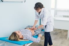 L'esame addominale, medico sta esaminando l'addome del paziente fotografia stock