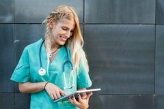 L'esame all'aperto sorridente femminile di medico, dell'infermiere o del veterinario è venuto Immagini Stock Libere da Diritti