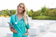 L'esame all'aperto sorridente femminile di medico, dell'infermiere o del veterinario è venuto Fotografia Stock Libera da Diritti