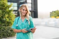 L'esame all'aperto sorridente femminile di medico, dell'infermiere o del veterinario è venuto Fotografie Stock Libere da Diritti