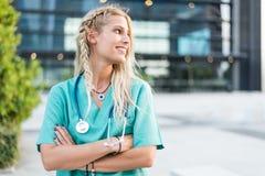 L'esame all'aperto sorridente femminile di medico, dell'infermiere o del veterinario è venuto Fotografie Stock