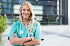 L'esame all'aperto sorridente femminile di medico, dell'infermiere o del veterinario è venuto Immagini Stock