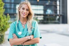 L'esame all'aperto sorridente femminile di medico, dell'infermiere o del veterinario è venuto Immagine Stock