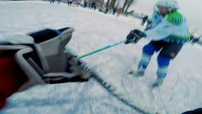 L'esame del gioco di hockey con un'azione ha imballato la macchina fotografica sulla testa di un giocatore di hockey archivi video