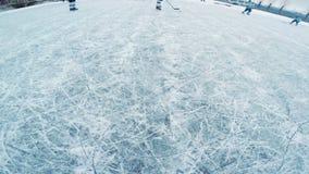 L'esame del gioco di hockey con un'azione ha imballato la macchina fotografica sulla testa di un giocatore di hockey video d archivio