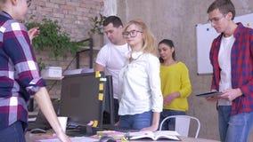 L'esaurimento nervoso in ufficio, donna di affari è stanco dei colleghi di conversazione ed esprime negativo archivi video