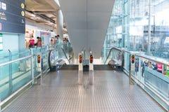 L'escalator à l'aéroport de Suvanaphumi à Bangkok Photos stock