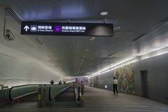 L'escalator à la ligne de MRT d'aéroport de Taoyuan Image stock