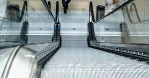L'escalator ramène, vers le haut de dans la chambre Photo stock